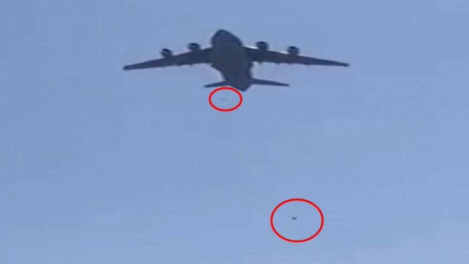 ¡Afganos cayendo del cielo! se cuelgan de avión en pleno despegue para tratar de huir del país (INCREÍBLE VIDEO)