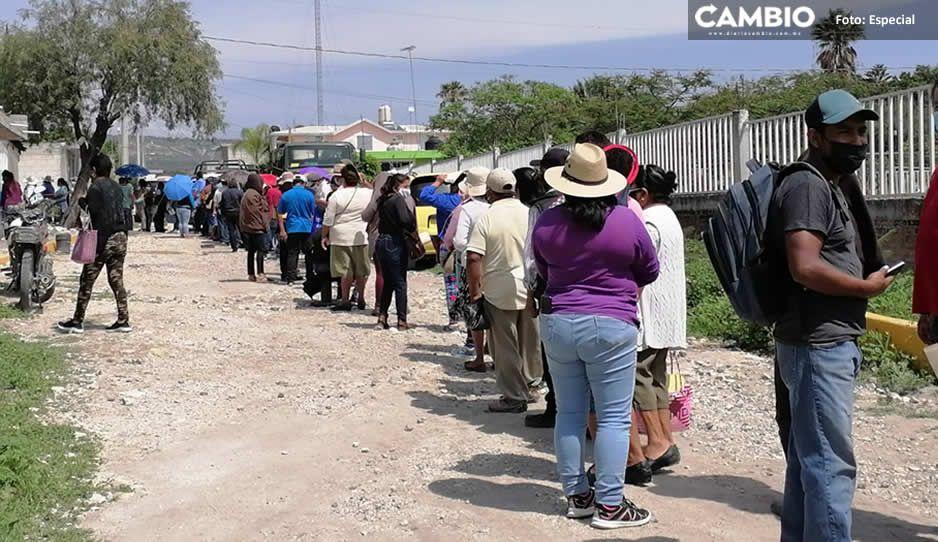 Caos y desorganización en jornada de vacunación antiCOVID en región Tehuacán