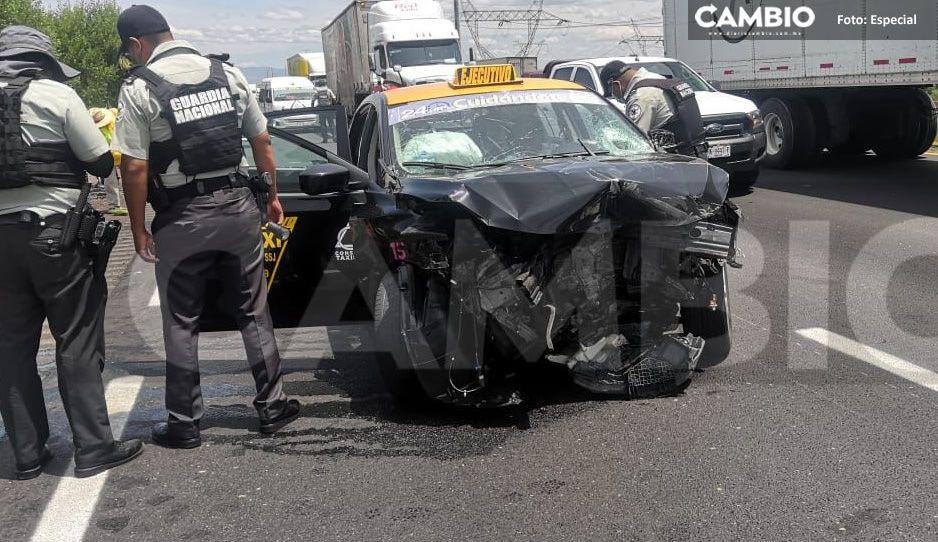 Tráiler hace trizas a taxi cuando viajaba por la México-Puebla rumbo al aeropuerto