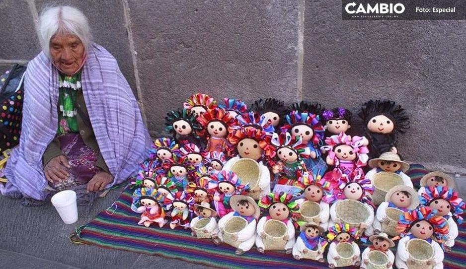Abuelita Josefa no tiene ni para comer: vende muñequitas frente a Catedral, pero nadie le compra