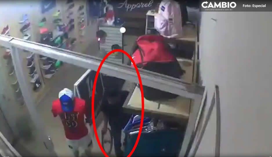 Cada vez más mañosos; así roban mercancía en tienda deportiva en Atlixco (VIDEO)