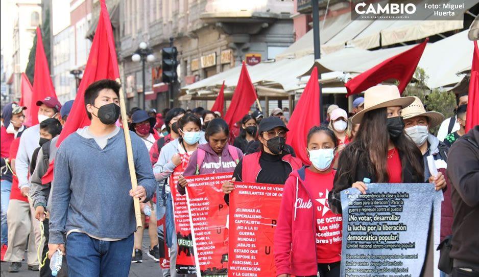 Comerciantes y ambulantes invaden marcha del Día del Trabajo en Puebla