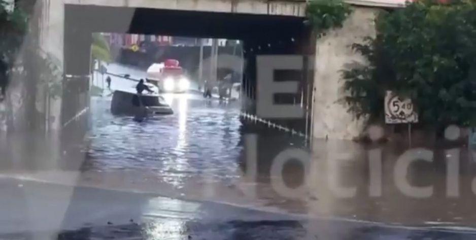 Otra vez se inunda el puente del Parque Finsa; vehículos quedaron varados (VIDEO)