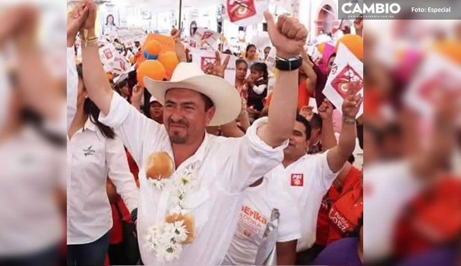 Loeza Aguilar usa tarjeta para comprar votos en Tlatlauquitepec (VIDEO)