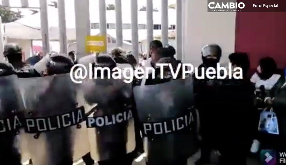 Tras dos horas, SSP logra liberar a la SEP de maestros manifestantes de Tecamachalco (VIDEO)