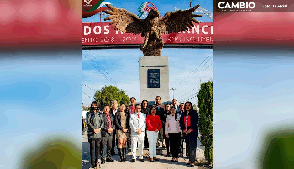 "Inauguran escultura ""Águila que se posa a beber agua"" que adornará la entrada principal de Cuautlancingo"