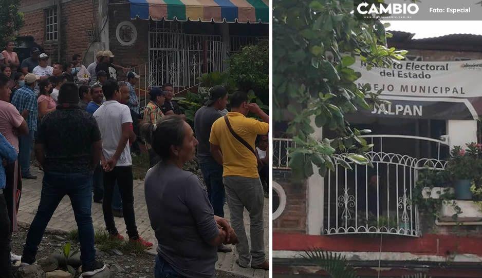 ¡Tensión en Jalpan! Al toque de campanas pobladores logran recuperar instalaciones del Consejo municipal