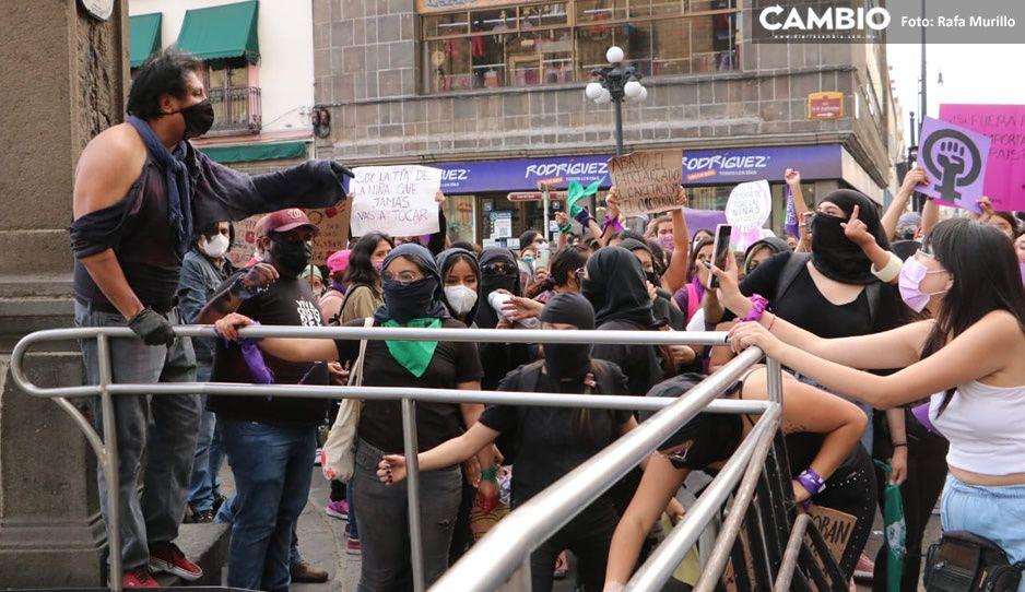 Feministas enfrentan a grupos provida que protegían Catedral de Puebla (FOTOS y VIDEO)