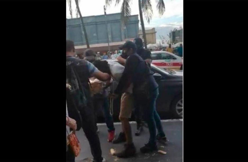 Inspectores gandallas abusan de panadero frente al Gran Café de la Parroquia (VIDEO)