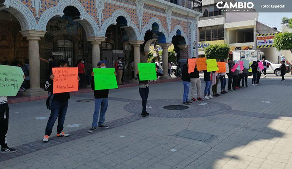 Protestan trabajadores del Grupo Amaro en Tehuacán; les descontaron 800 pesos de su quincena