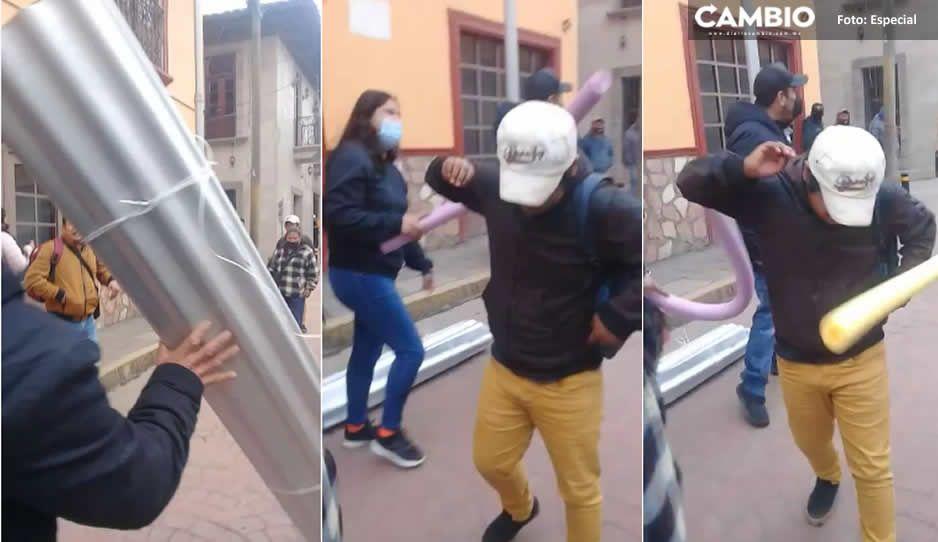 VIDEO: ¡Con zapes y laminazos! Obligan a ponerse cubrebocas en Huauchinango