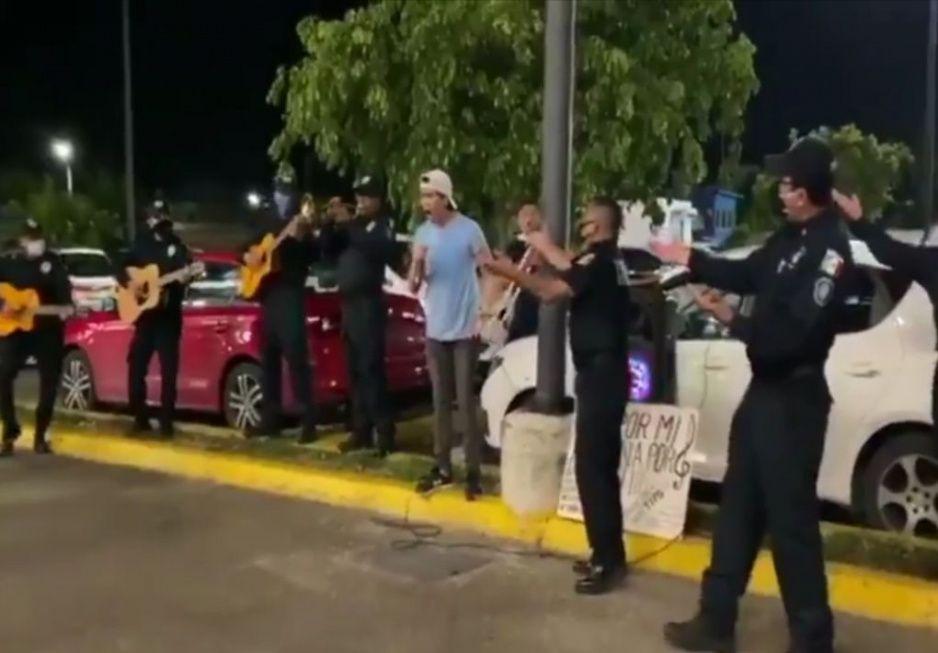 Joven desempleado canta por propinas y policías lo acompañan (VIDEO)