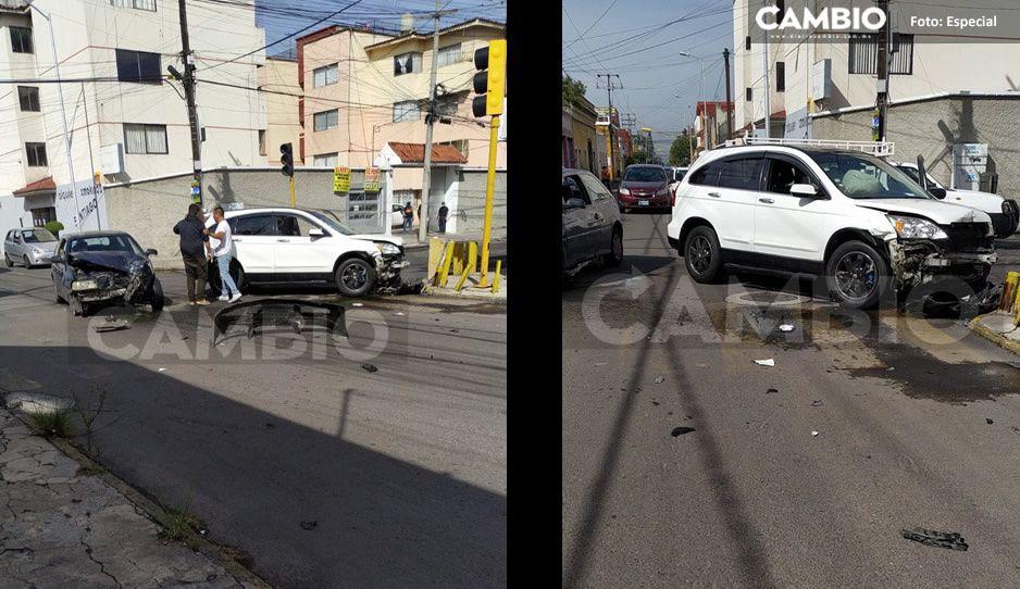 ¡Sobreviven de milagro! Aparatoso choque deja dos autos destrozados en el Barrio de Santiago