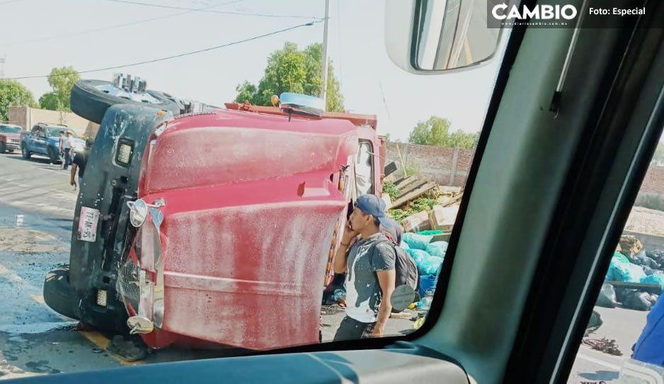 ¡Aparatoso accidente! Tractocamión termina volcado en Puebla-Tehuacán con todo y vegetales
