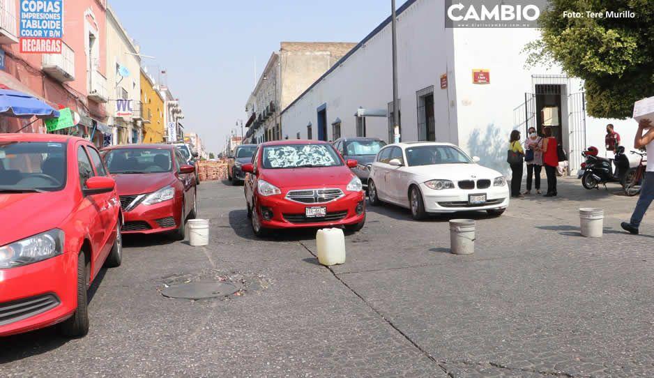 Franeleros convierten en estacionamiento las calles cerradas por yerros del Ayuntamiento (FOTOS)