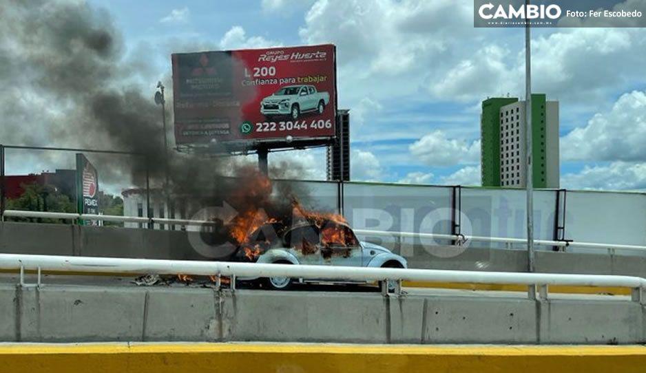 FOTO:  ¡Pánico! Arde vochito en Puente 485, cerca de Angelópolis