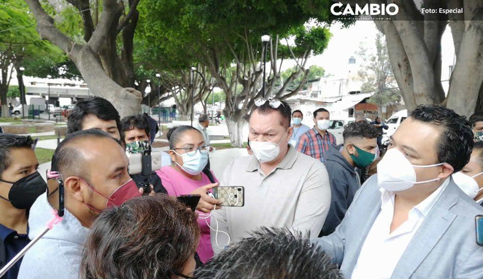 Tehuacaneros están hartos de Artemio Caballero, lo encaran para reclamar el abandono de obras