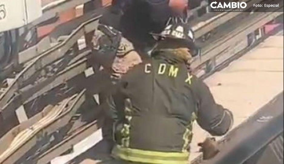 ¡Qué hermoso! Bomberos y policías rescatan a perrito que cayó a las vías del Metro (VIDEO)