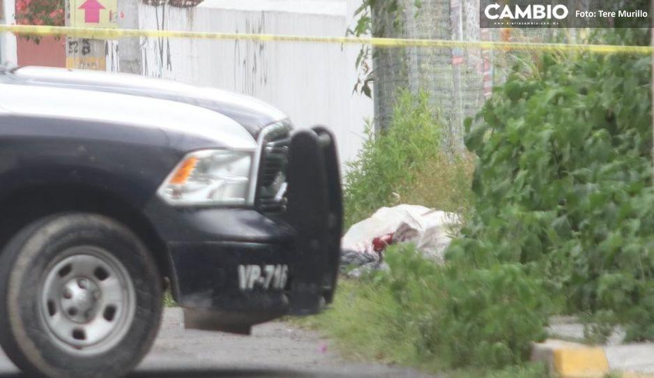 Terror en Xilotzingo: vecinos hallan cadáver encobijado a plena luz del día (VIDEO)