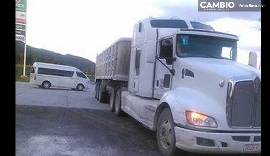 Maleantes saquean camión de harina y lo abandonan en Texmelucan