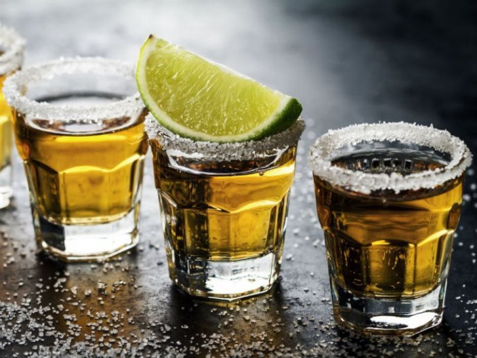 NO BEBAS ALCOHOL en la Fiesta Patria si recién te vacunaste contra el covid