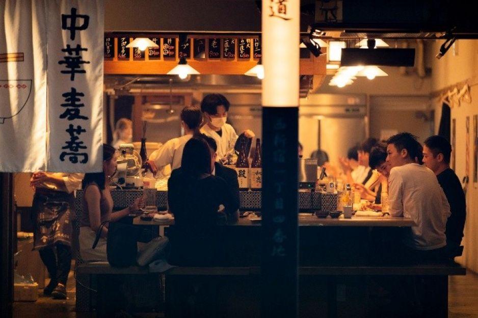 Bebedores en Tokio 2020 desafían tercera oleada de COVID