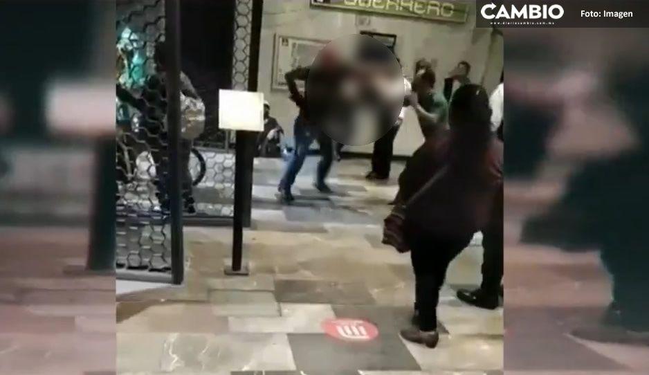 VIDEO: Usuarios del metro se agarran a golpes y policías solo se quedan de espectadores