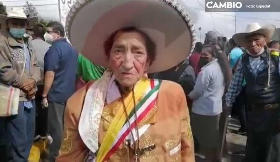 Abuelita explota porque no la dejaron entrar al evento de AMLO en Huauchinango (VIDEO)
