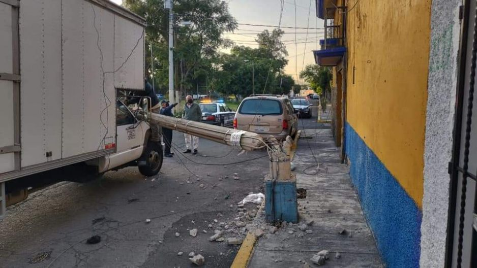 Camioneta derriba postes de luz en Atlixco