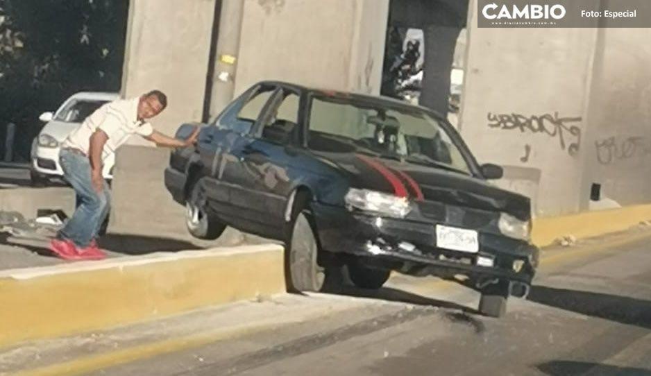 ¡Qué susto! Por exceso de velocidad, Tsuru queda sobre camellón de la México-Puebla