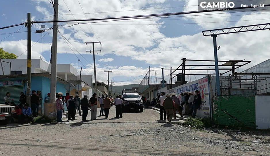 Transportistas enfurecidos sitian casa de presunto defraudador en Tehuacán