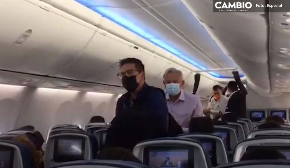 ¡Con insultos y gritos! Reciben a AMLO al bajar de vuelo comercial en CDMX (VIDEO)