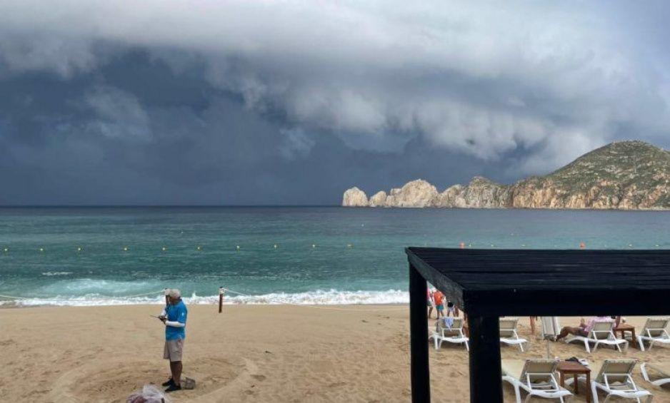 Captan impresionantes IMÁGENES en Baja California previo al impacto del huracán OLAF (VIDEOS)