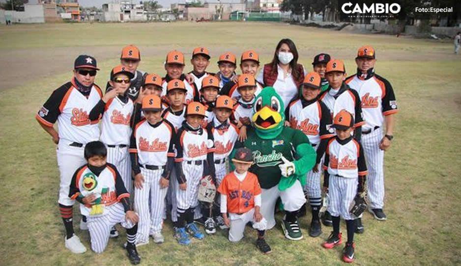 En plena pandemia; Angélica Alvarado asiste a juego de béisbol infantil en Xalmimilulco