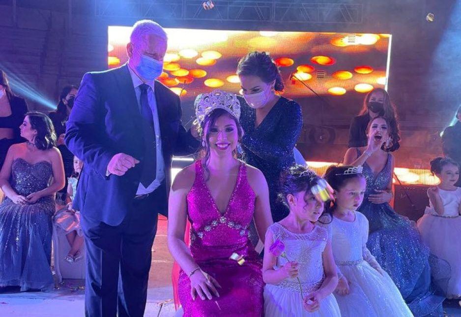 Coronan a Fanny 1era. como reina de la Feria Teziutlán 2021
