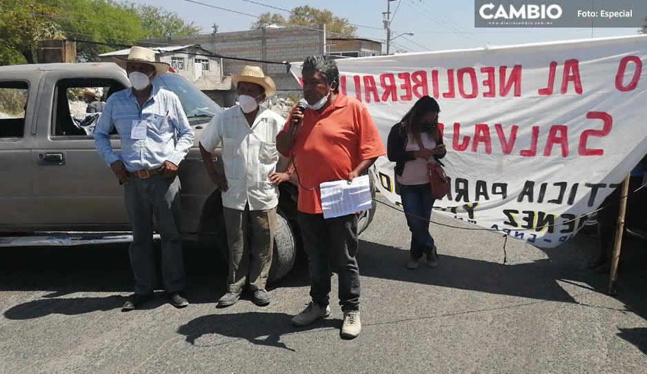¡Otra vez! Campesinos bloquean la estatal Tehuacán-Teotitlán; exigen quitar avionetas anti-lluvia (FOTOS)