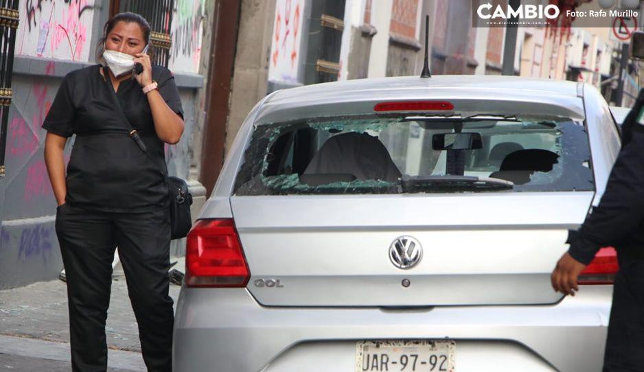 Mujer llora porque feministas destrozaron su auto afuera del Congreso (FOTOS y VIDEO)