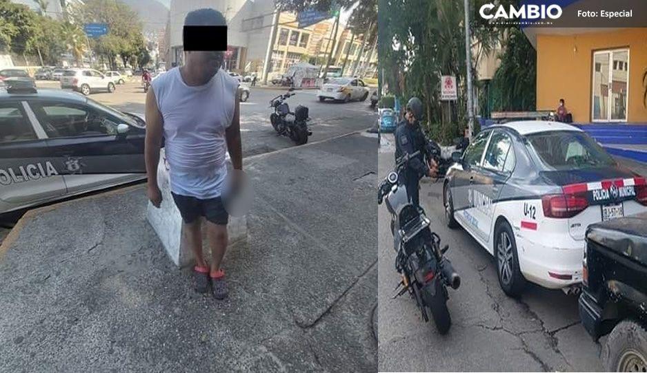 Con chanclita, pistola en mano y una patrulla municipal, policía de la Mixteca vacaciona en Acapulco