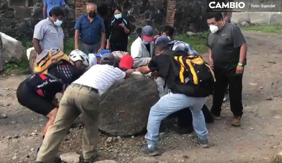 Habitantes de Atlixco retiran pesadas piedras para reabrir camino; acusan abusos de empacadora