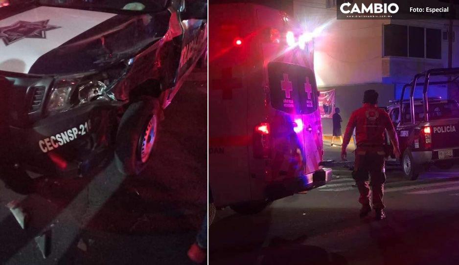 Patrulla a toda velocidad se pasa alto y choca vs auto en Serdán; hay dos heridos