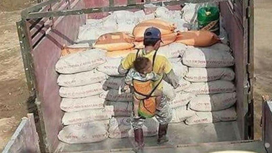 Albañil viudo carga a su bebé en la espalda mientras trabaja para no dejarlo solo (FOTOS)