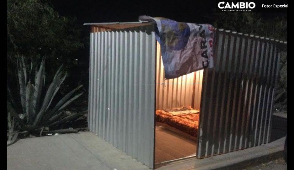 ¡El frío cala! Hacen cuarto de lámina afuera de Hospital de Tehuacán para personas con paciente Covid