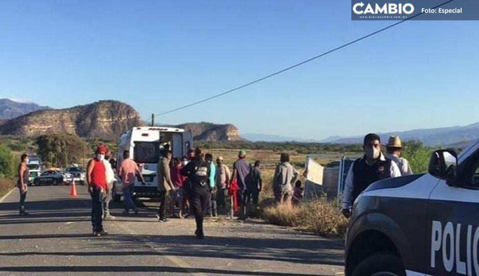 Muere mujer en trágica volcadura de camioneta cargada de limones en la Tehuacán-Teotitlán