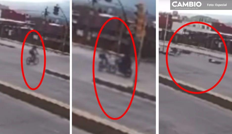 VIDEO: Motociclista se pasa el alto y atropella a jovencita que iba en su bici en Atlixco