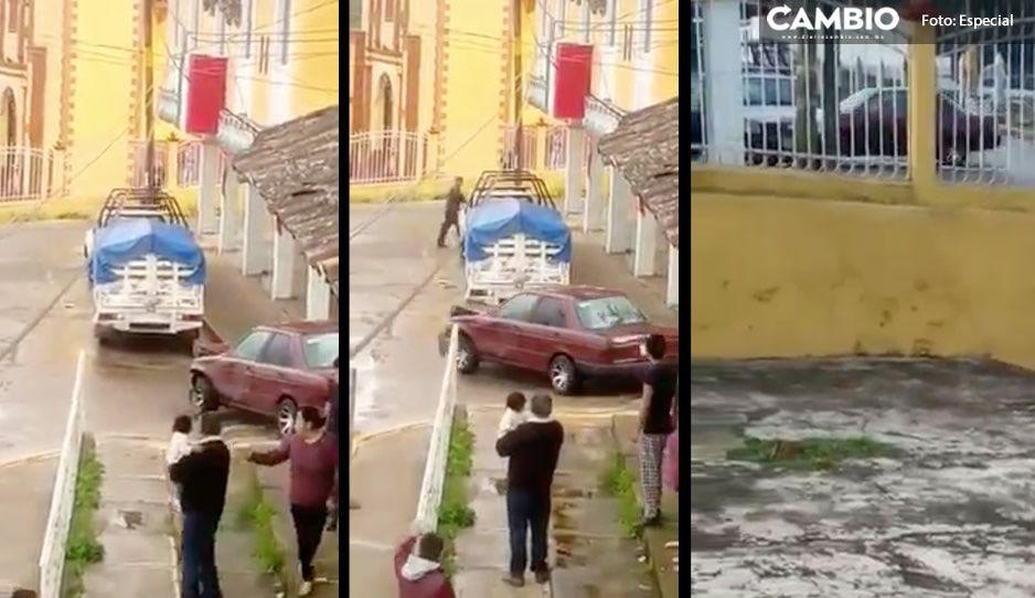 VIDEO: Mala copa enfurece y estrella su Tsuru varias veces vs una patrulla en Zacapoaxtla