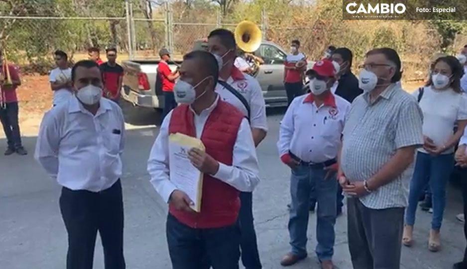 Con banda y acarreados, candidatos priistas en Izúcar acuden a registrarse desafiando al COVID