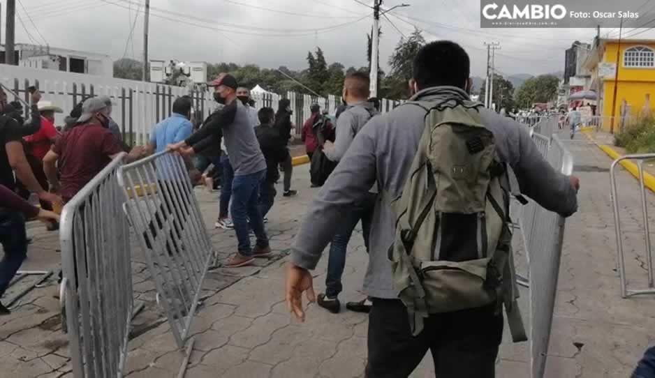 Pobladores de la Sierra Norte de Puebla burlan 6 filtros de seguridad para llegar con AMLO (VIDEO)