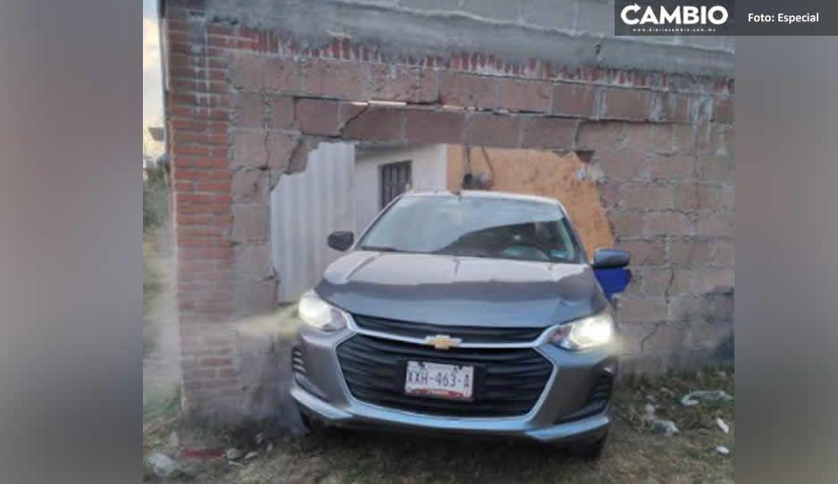 Asesinan a hombre en su Chevrolet; se estrelló y derrumbó una barda en Texmelucan