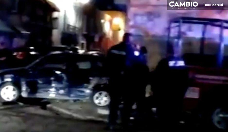 Patrulla estatal se estampa vs un coche y deja dos lesionados en el Centro de Puebla