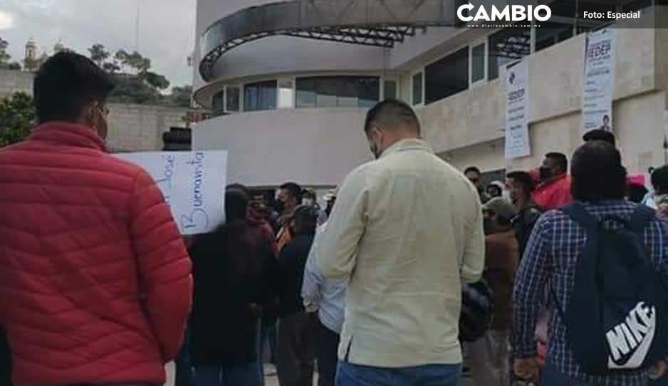 Hartos de Nelson Beristain, pobladores de Tlacotepec toman la sede del Ayuntamiento
